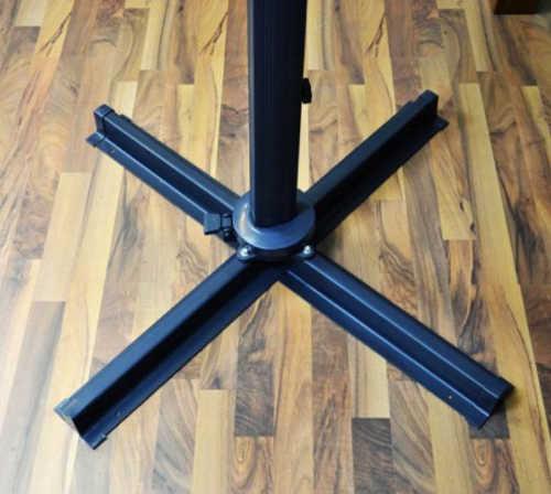 Pevný křížový ocelový podstavec slunečníků s možností uchycení k podlaze
