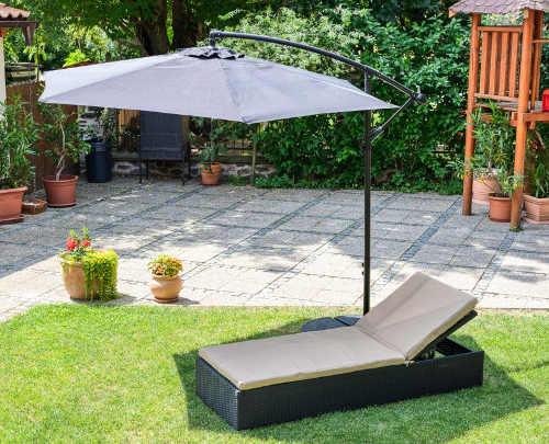 Boční slunečník k zahradnímu lehátku