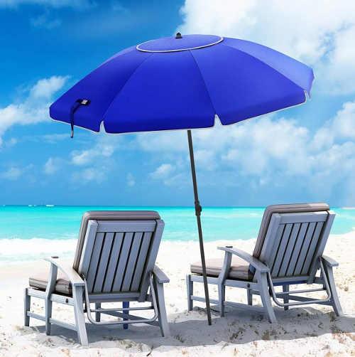 Slunečník mezi plážová lehátka