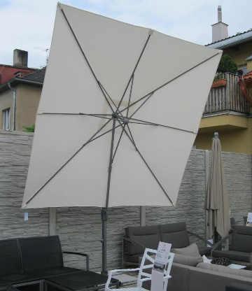 Velký zahradní slunečník s náklonem 360 stupňů