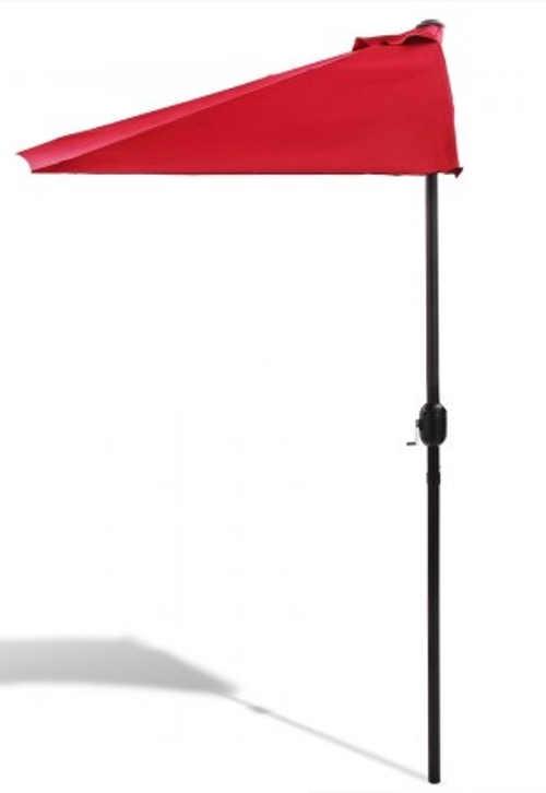 Červený terasový slunečník ke zdi