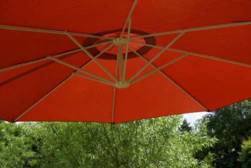 Oranžový slunečník na terasu s kvalitní konstrukcí