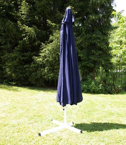 Tmavě modrý velký slunečník na zahradu
