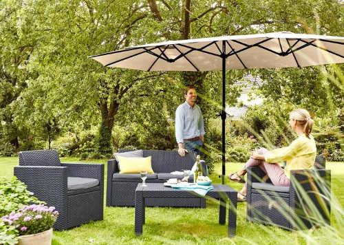 Velký slunečník k ratanové sestavě zahradního nábytku