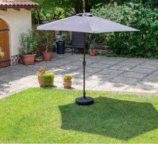 Zahradní slunečník v minimalistickém designu