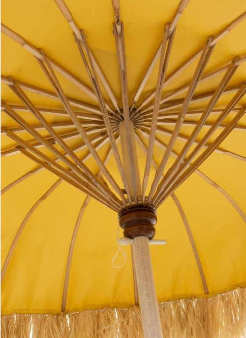 moderní slunečník v žlutém provedení