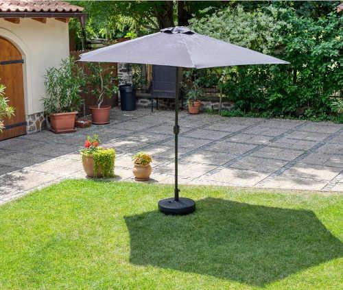 černý naklápěcí zahradní slunečník